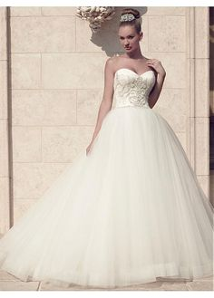 CHARMING TULLE BALL GOWN SWEETHEART NECKLINE NATURAL WAISTLINE WEDDING DRESS IVORY WHITE LACE BRIDAL GOWN