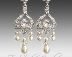 Items op Etsy die op Gold Crystal and White Pearl Chandelier Earrings - Pagoda lijken