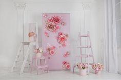 Diciendo Sí frente a este muro de flores de papel nunca ha sido más elegante. Único, artístico y hermoso al mismo tiempo este telón de fondo de flores de papel es caprichosa y hermosa al mismo tiempo... Si usted está vistiendo un espacio vacío, o crear un espacio de altar exterior, estos