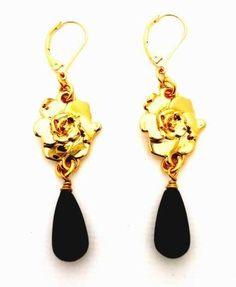 Aretes de Gardenia con ónix en baño de Oro 24 K. Gardenia earrings with onyx in 24K gold plated.