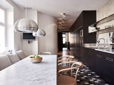 Marble table in dining nook. Kitchen Dinning, Dining Nook, Kitchen Interior, Kitchen Design, Kitchen Ideas, Stockholm Apartment, Scandinavian Interior Design, Kitchenaid, Decoration