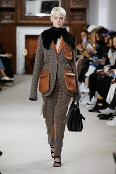 The complete Loewe Fall 2018 Ready-to-Wear fashion show now on Vogue Runway.