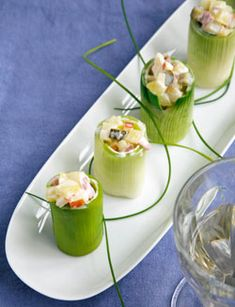 stukjes prei in ca. 8 min. beetgaar koken - afkoelen- uit elkaar halen in kokertjes- vul de mooie met salade- garneren met bieslook
