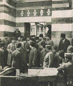 ✿ ❤ Atatürk, 16 Mart 1923 cuma günü Adana'da cuma namazını kıldığı Ulu camiden arkadaşlarıyla birlikte çıkarken.