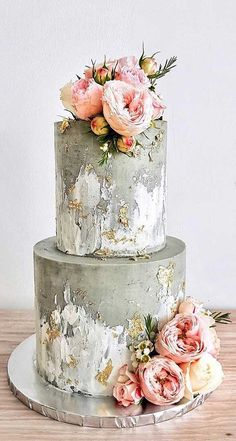 Just like bridal dresses, wedding cakes can also be trendy or obsolete. A traditional wedding cake is usually a white vanilla cake in towering stacked layers. However, we are onto year wedding cake trends are becoming more and more playful. Wedding Cake Prices, Cool Wedding Cakes, Beautiful Wedding Cakes, Wedding Cake Designs, Beautiful Cakes, Amazing Cakes, Wedding Themes, Wedding Ideas, Wedding Colors