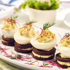 Piętrowa przekąska z jajkiem i pumperniklem Cheesecake, Menu, Christmas, Food, Menu Board Design, Xmas, Cheesecakes, Essen, Navidad