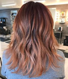 Rose gold hair is a subtle style you may want to try this season. Rose gold hair colors are an excellent choice for blondes that want to try something. Balayage Hair Rose, Auburn Hair Balayage, Hair Color Balayage, Blonde Hair, Gold Hair Colors, Hair Color Dark, Ombre Hair Color, Hair Colour, Caramel Blond