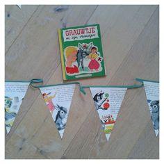 Een unieke slinger gemaakt van een vintage kinderboek: Grauwtje en zijn vriendjes uit 1957. De slinger is gemaakt van 5m lang groen biaisband, gestikt met geel garen en natuurlijk de bladzijden uit...