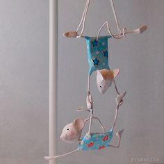 Mobile papier mâché, souris trapézistes, décoration chambre enfant, décor enfant, cadeau pour enfant, cadeau naissance, thème cirque, mobile de la boutique FraNbulle sur Etsy
