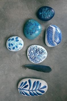 Eerst samen zoeken, dan kunstwerkjes maken!  Gewone kiezelstenen worden prachtige cadeautjes als je ze beschilderd met acryl verf!