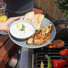 Gyros a tzatziki sú dvojica, ktorá doplní každú letnú grilovačku. 😉 Pripravte si ich podľa nášho chutného receptu. Tzatziki, Camembert Cheese, Dairy, Meat, Chicken, Food, Meal, Eten, Meals