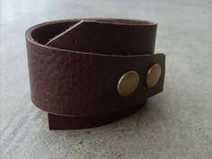 Кожаный браслет для мужчины – отличный подарок к 23 февраля! Он будет подчеркивать мужественность вашего защитника и сделает его образ более стильным.