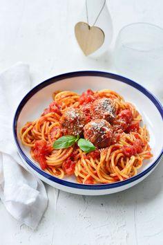 Spaghetti with meatballs I Love Food, Good Food, Belgian Food, Lunch Wraps, Wordpress, Spaghetti And Meatballs, Pasta Noodles, Food Goals, Food N