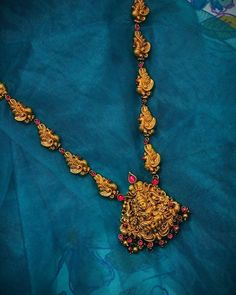 bridal jewelry for the radiant bride Indian Gold Necklace Designs, Gold Earrings Designs, Gold Jewellery Design, Silver Jewellery, Gold Jewelry Simple, White Gold Jewelry, Indian Wedding Jewelry, Bridal Jewelry, Indian Bridal