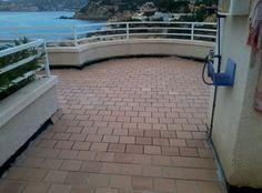 Finalizando la impermeabilización de una terraza en Santa Ponça (Mallorca)