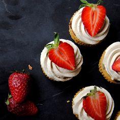 Kladdkakecookies som botten på cupcakes kan ju vara det godaste man kan tänka sig! Saftigt och segt och alldeles alldeles underbart. Ett enkelt och så himla gott cupcakesrecept.