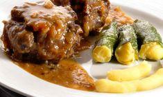 Karlos Arguiñano prepara un plato de rabo de ternera que estará acompañado con unos pimientos rellenos con puré de patatas.