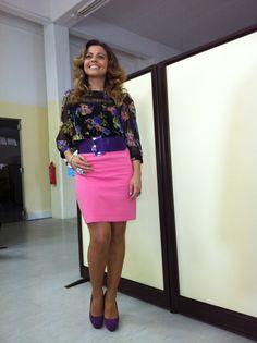 """My Style today. Com uma blusa floral com um pormenor em renda, """"pencil skirt"""" rosa a combinar com uma das flores do padrão e o cinto e sapatos e combinar com as outras flores da Blusa. Poderia ter escolhido como 2ª cor o preto já que é o que predomina na blusa, mas achei mais divertido misturar o rosa com o roxo."""