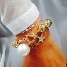 Twinkle, twinkle little star! Ein goldiges Armband und ein absolutes Highlight am handgelenk oder nicht?  Ein wirkliches Lieblings-Schmuckstück unserer Redaktion! http://www.amyzoey.de/kugelarmband-mit-sternanhaengern-gelbvergoldet-2021.html #Armband #Gold #Sterne
