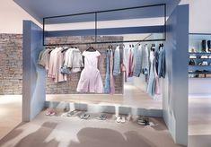 Le pop-up store Chanel à Courchevel Retail Store Design, Retail Shop, Boho Store, Rack Design, Pop Up Shops, Shop Front Design, Retail Space, Commercial Interiors, Commercial Design