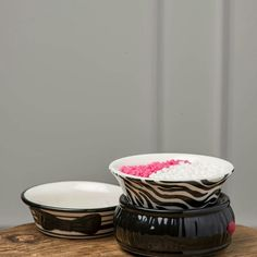 Pink Zebra Simmer Pot This black and white glamour print warmer comes with electric base and 2 ceramic dishes. Simmer Pots are a perfect fit anywhere you need a burst of fragrance. Best used to warm Pink Zebra Sprinkles which are sold seperately in my closet and on my website pinkzebrahome.com/sprinklefunlisa Other