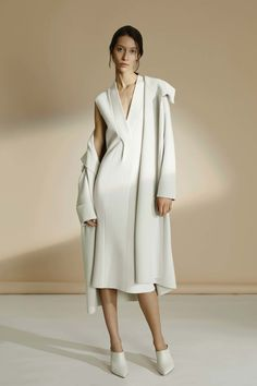 See all the Collection photos from Tse Autumn/Winter 2016 Ready-To-Wear now on British Vogue Minimal Fashion, White Fashion, Look Fashion, Fashion Brand, Fashion Show, Womens Fashion, Look Chic, Editorial Fashion, Ready To Wear