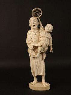 Okimono en ivoire, homme et enfant tenant une épuisette.