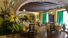 Decorado con pinturas de artistas cubanos contemporáneos, el restaurante Vuelta Abajo se encuentra en la planta baja del Hotel Conde de Villanueva. Con un ambiente, tan colonial como el propio inmueble que lo acoge, muestra en su diseño interior los vestigios arquitectónicos de sus más de trescientos años de historia. #restaurante #paladar #habana #cuba