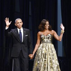 Michelle Obama looked absolutely fabulous in Naeem Khan at the Congressional Black Caucus Foundation's annual Phoenix Awards Dinner. Michelle E Barack Obama, Barack Obama Family, Michelle Obama Fashion, Obamas Family, Naeem Khan, Gold Gown, Gold Dress, First Ladies, Look Star