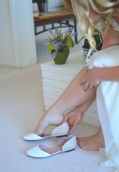 Clemmo's wedding shoes from Shoes Of Prey. Blush and gold leather flats with a mermaid inspired style, a must-have for a beach wedding! More pics on : http://clemmoaroundtheworld.com/2015/10/06/our-bohemian-beach-re-wedding/ Chaussures de mariée pour un mariage sur la plage by Clemmo