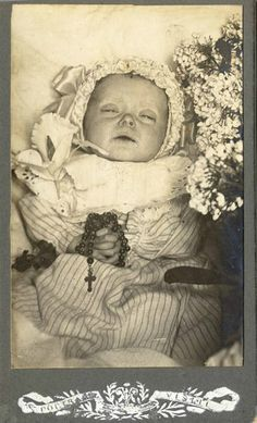 Baby Post mortem, holding a rosary. Photo Post Mortem, Post Mortem Pictures, Louis Daguerre, Victorian Photos, Victorian Era, Memento Mori, Vintage Pictures, Old Pictures, Vintage Images