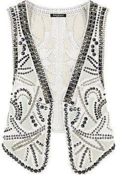 Chaleco blanco con pinchos y tachuelas, de Balmain. Precio: 3.800€. Más información en: www.balmain.com