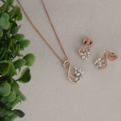 Diamonds embraced in rose gold ! Diamond glamour ✨ Check out this amazing Pendant Set at the Diamond Mela Store today ! Jewelry Design Earrings, Gold Earrings Designs, Pendant Jewelry, Jewlery, Diamond Drop Earrings, Diamond Jewelry, Gold Pendant, Diamond Pendant Set, Gold Jewelry Simple