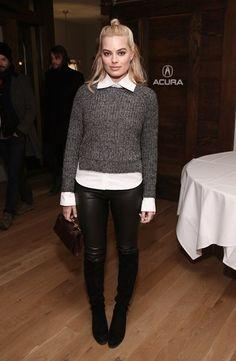 Simples e elegante com calça de couro, bota, camisa e malha cinza
