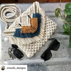 One word when sent me a pic of this bag. HOT best Ive seen check out her page for more det. Macrame Purse, Macrame Knots, Diy Macrame Wall Hanging, Hippie Purse, Fringe Bags, Macrame Design, Handmade Purses, Boho Bags, Macrame Tutorial