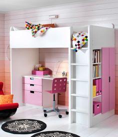 Sebuah kamar tidur anak dengan tempat tidur serbaguna STUVa, meja dan penyimpanan dalam warna putih dan merah muda