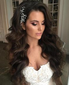 Long Mermaid Waves Wedding hairstyles for long hair are fairly simple for women who sport healthy, lengthy locks. For thick extra long hair, try a wavy hairstyle, mermaid waves with an elegant hair piece and voluminous side bangs. Wedding Hair Side, Long Hair Wedding Styles, Vintage Wedding Hair, Wedding Hairstyles For Long Hair, Elegant Hairstyles, Wedding Hair And Makeup, Bridal Hair, Trendy Wedding, Hairstyle Wedding
