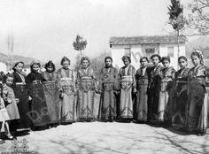 Κορίτσια από το Γκέλβερι φορώντας τις παραδοσιακές φορεσιές που λέγονται τσουχάδες. Φωτογραφία: Θέατρο «Δόρα Στράτου». Cappadocia, Folklore, Costumes, Painting, Roots, Art, Art Background, Dress Up Clothes, Fancy Dress