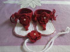 sandália de bebê em crochê com flor prara o bico $25,00