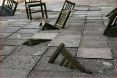 Instalación. Antiguas sillas de la Escuela Normal de Guanajuato recortadas