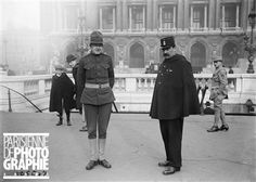 Guerre 1914-1918. Gardien de la paix français et policier militaire américain (M.P.). Paris, place de l'Opéra, avril 1918.