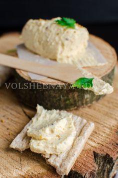Сырный паштет — это усовершенствованный вариант простенькой, но многими любимой советской закуски. Воссоздаем вкус ушедшей эпохи, расставляя новые, современные акценты.