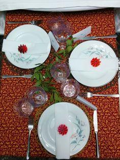Cena Familiar Navideña, vista panorámica de la mesa pequeña. (Mantelería y Vajilla propias, Cristalería de Zara Home, Cubertería de IKEA, Papelería del equipo Happy, Decoración Floral del jardín del equipo Happy)