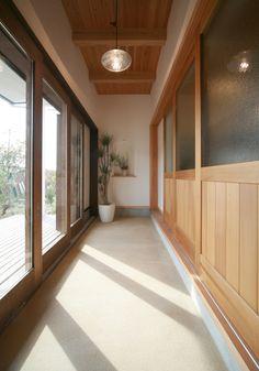 おはようございます。 昨日に引き続き、「玄関土間のある家」のご紹介です。 土間のある家は奥様の希望でした。 「ここで梅干しや切干大根を干したりする田舎の暮らし... Zen House, Cozy House, Japan House Design, Japan Room, Japanese Modern House, Minimalist Layout, Asian Interior, Interior Architecture, Interior Design