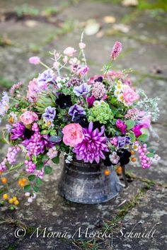 Blomsterverkstad: Att arrangera blommor med hjälp av hönsnät