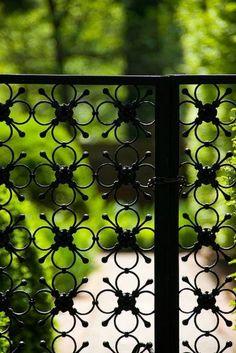 moderne gartenzäune mit metall figuren, Gartenzaun Eisenblumen, Muster im Gartenzaun  Gartenzäune gibt es in unendlich vielen Ausführungen. Es gibt sie aus Holz, Metall, Eisen oder Beton. Auch Pflanzen oder Mauern funktionieren gut als Gartenzaun oder Sichtschutz. Wer einen individuellen Gartenzaun bevorzugt kann ihn auch selber bauen (diy) oder beliebig streichen. Der Kreativität sind bei Gestaltung und Stil des Gartenzauns keine Grenzen gesetzt.