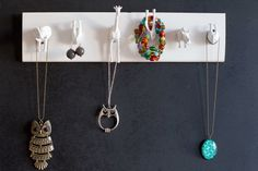 animal hooks jewelry organization: Lucky Magazine 75 Creative Ways To Organize Your Jewelry : Lucky Magazine. My jewelry is all over the place. Whats the sense of having a lot if its not organized. Thanks Lucky. Jewellery Storage, Jewelry Organization, Jewellery Display, Organization Hacks, Hippie Home Decor, Diy Home Decor, Clever Diy, Easy Diy, Simple Diy