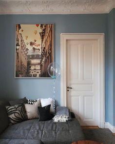 Gemütlich im Februar ❄❄❄ | SoLebIch.de  Foto: Randau_im_Altbau   #solebich #wohnzimmer #ideen #skandinavisch #Möbel #Einrichten #modernes #wandgestaltung #farben #holz #dekoration #Wohnideen #Einrichtung #interior #interiorideas #livingroom    #blau #wandfarbe #poster #ikea #paris