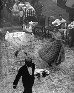 Dancers in Seville, Spain, 1930 (Martin Munkácsi) Martin Munkacsi, Just Dance, Dance Like No One Is Watching, Flamenco Dancers, Vintage Photography, Candid Photography, Documentary Photography, Street Photography, Dance Art