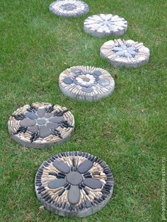 DIY Stepping Stones To Make Your House Stunning diy garden stepping stones DIY Stepping Stones To Make Your House Stunning Diy Garden Projects, Garden Crafts, Diy Garden Decor, Garden Art, China Garden, Mosaic Projects, Concrete Stepping Stones, Garden Stepping Stones, Pebble Mosaic